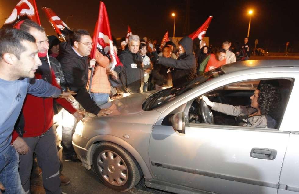 Piquetes informativos bloquean el paso a las puertas de Mercavalencia al inicio de la huelga general.
