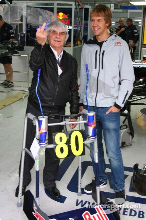 Bernie Ecclestone recebe de presente da Red Bull Racing um andador estilizado